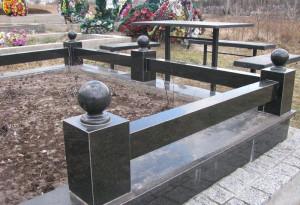 Каменный цоколь на могиле
